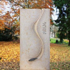 Besonderer Grabstein aus Naturstein mit Lebenslinie
