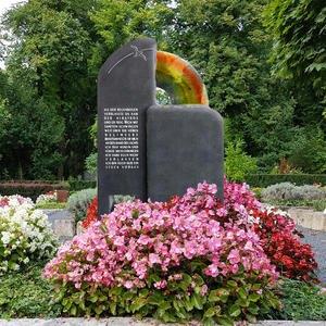 Migana Denkmal Grab mit Vogel & Buntem Glas