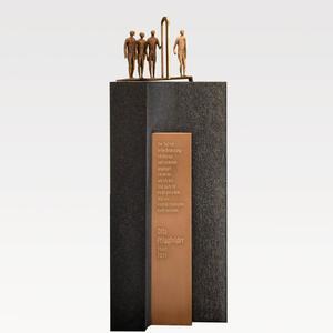 Bergamo Doppelgrabmal mit Bronze Schrifttafel Und Figurengruppe in Schwarzem Granit
