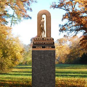 Porta Missio Doppelgrabstein in Stelenform - Dunkler Granit mit Skulptur / Treppe & Tür