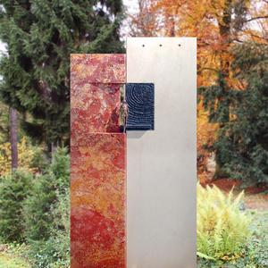 Rubiera Doppelgrabstein roter Travertin Grabsteinkunst mit Figur