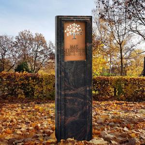 Lucus Nigra Dunkle Granit Grabstele für Ein Kindergrab mit Lebensbaum Ornament aus Bronze