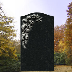 Corianda Grabdenkmal mit Rosenblüten