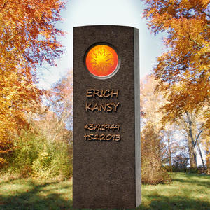 Memoria Lumis Einzel Grabmal aus Granit mit Sonnen Symbol als Glasornament