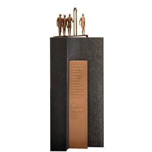 Bergamo Einzelgrabmal mit Bronze Schrifttafel Und Figurengruppe in Schwarzem Granit