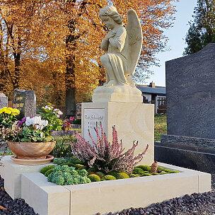 Kalus Grabmal mit bestendem Engel