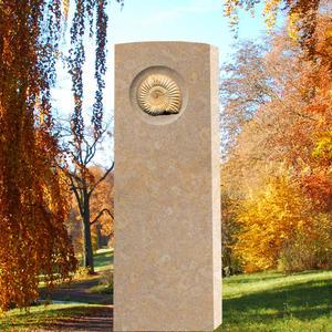 Memoria Cortus Grabmalfür für ein Einzelgrab mit Ammonit