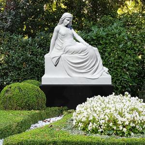 Sofia Grabmal schwarzer Grabstein mit weißer Marmorskulptur