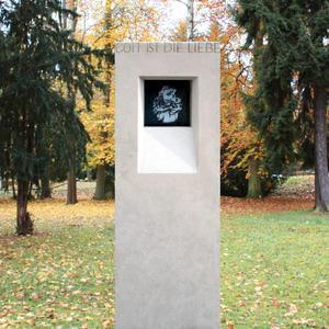 Madre Grabstein Kalkstein mit Madonna Bild aus Glas