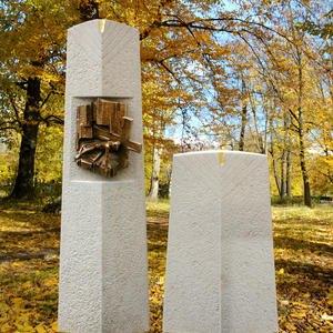 Messia Grabstein Kalkstein Zweiteilig mit Bronze Figur Christus