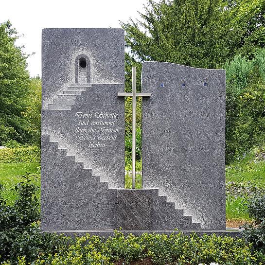 Porto – Grabstein mit Treppe & Edelstahl Kreuz für ein Einzelgrab