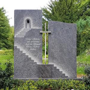 Grabstein mit Treppe & Edelstahl Kreuz für ein Einzelgrab