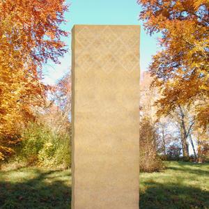 Pales Handwerklicher Grabstein aus Kalkstein mit Ornament