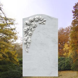 Grabdenkmal mit Rosenblüten