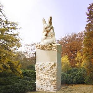 Kleine Saranda Grabstein mit träumendem Engelsmädchen