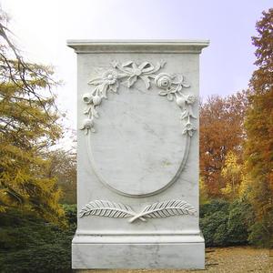 Fiorina Grabdenkmal mit Blütenschmuck