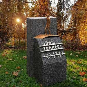 Memento Nigra Kleine Grabstein für ein Unengrab mit Bronze Figur