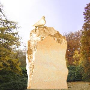 Rustikaler Grabmal Felsen mit Taube