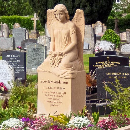 Seduto – Grabstein mit Engelsfrau