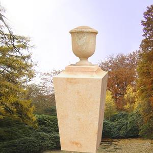 Maillot Grabsockel mit Urne