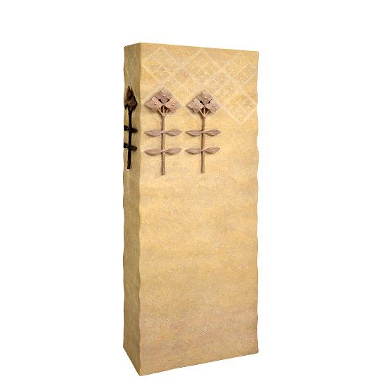 Lirio – Schöner Einzelgrabstein aus Kalkstein mit Bronze Blumen Ornament