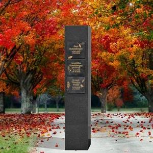 Destina Memento Schwarze Granit Urnenstele mit Bronze Tafeln für die Inschrift / Urnengrab