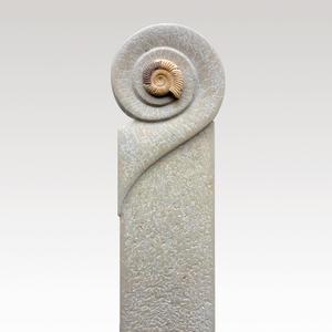Stilvolles Kalkstein Einzelgrab Grabmal vom Steinmetz mit Ammonit