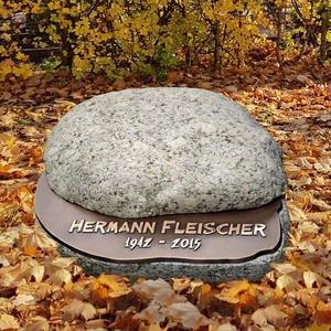 Orbis Urnengrab Findling mit Bronze Schrifttafel