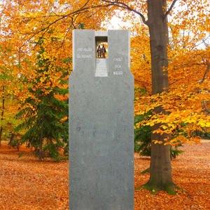 Finita Urnengrabmal Kalkstein Dunkel mit Bronze Figuren