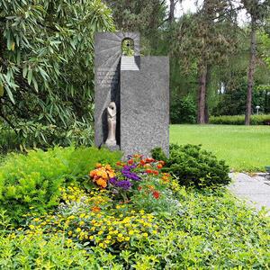 Portante Urnengrabstein Granit mit Stein Figur Granit