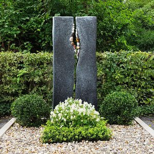 Alegro Urnengrabstein Granit zweigeteilt mit Kieselsteinen