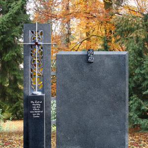 Grazioso Urnengrabstein Granit zweiteilig Edelstahl Kreuz & Blume