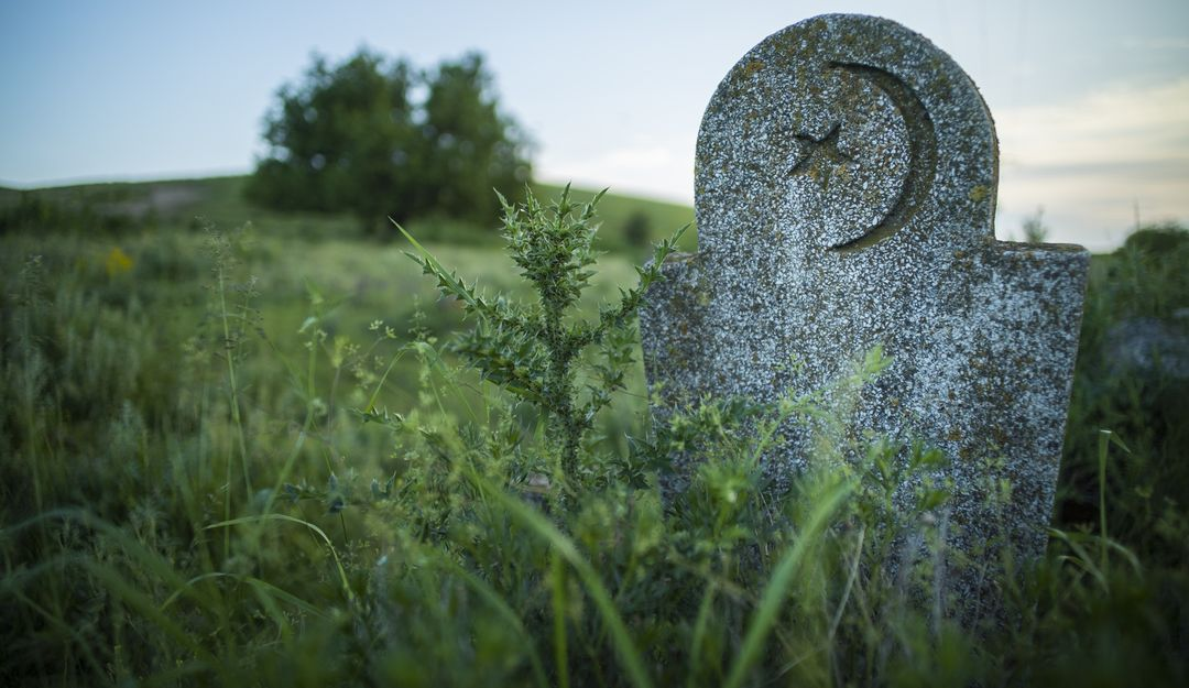 Muslimisches Grab aus Stein auf einem abgelegenen Friedhof | Bildquelle: © bizoo_n - Fotolia.com