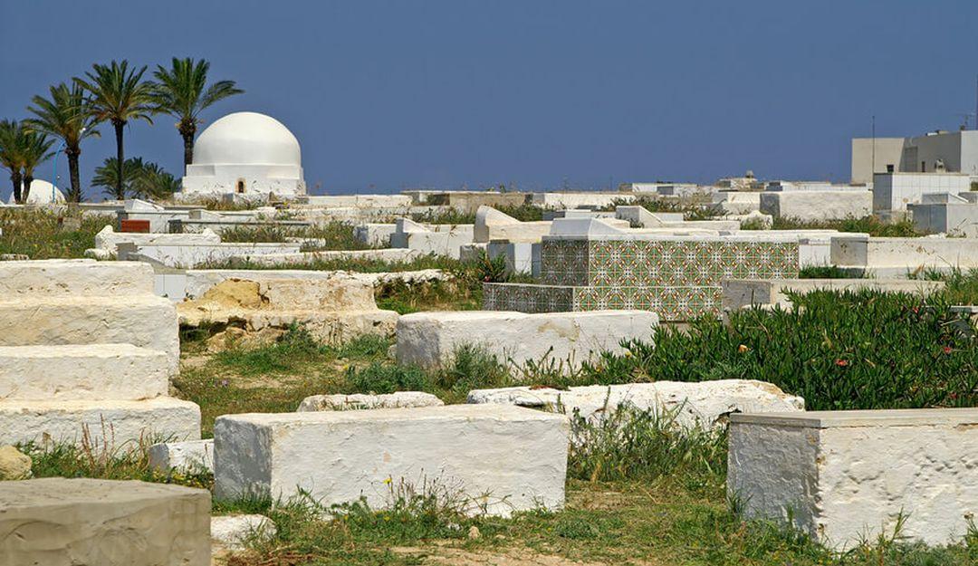 Eine traditionelle islamische Grabstätte auf einem Hügel | Bildquelle: © Gelia - Fotolia. com