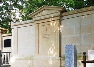 Eine Grafik zu Historische Grabwand einer Familiengedenkstätte aus Sandstein in Petershagen