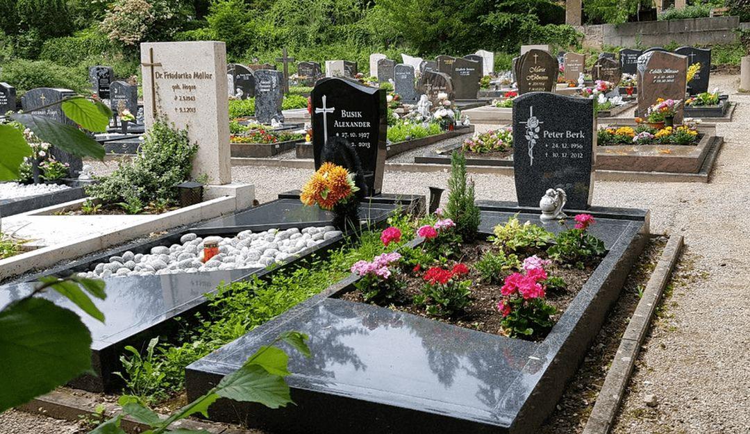 Gräber auf einem traditionellen deutschen Friedhof | Bildquelle: © Stilvolle Grabsteine