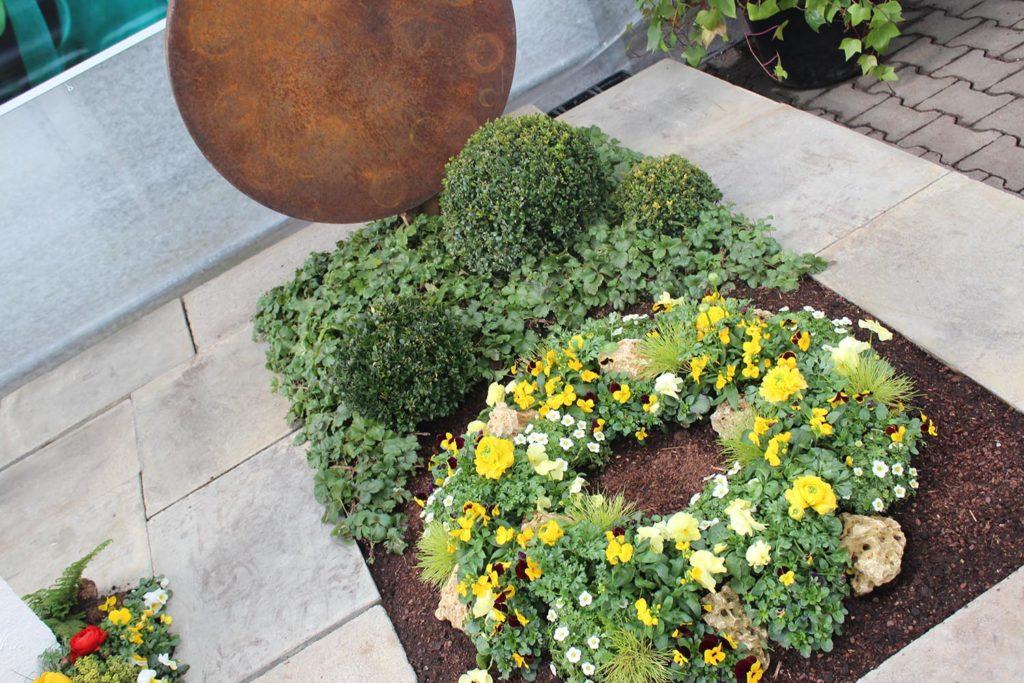 grab bepflanzen in 5 schritten ideen f r fr hling. Black Bedroom Furniture Sets. Home Design Ideas