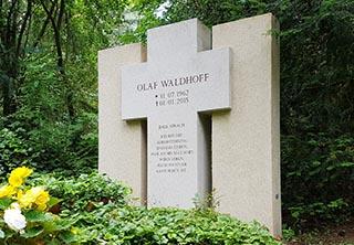 Eine Grafik zu Familiengrab Grabanlage - Familien/Doppel - Grabstein mit christlich/religiösem Kreuz Symbol