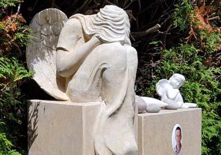 Eine Grafik zu Zweiteiliger Grabstein mit Engel Figur - Kalkstein - Gestaltung Urnengrabstätte