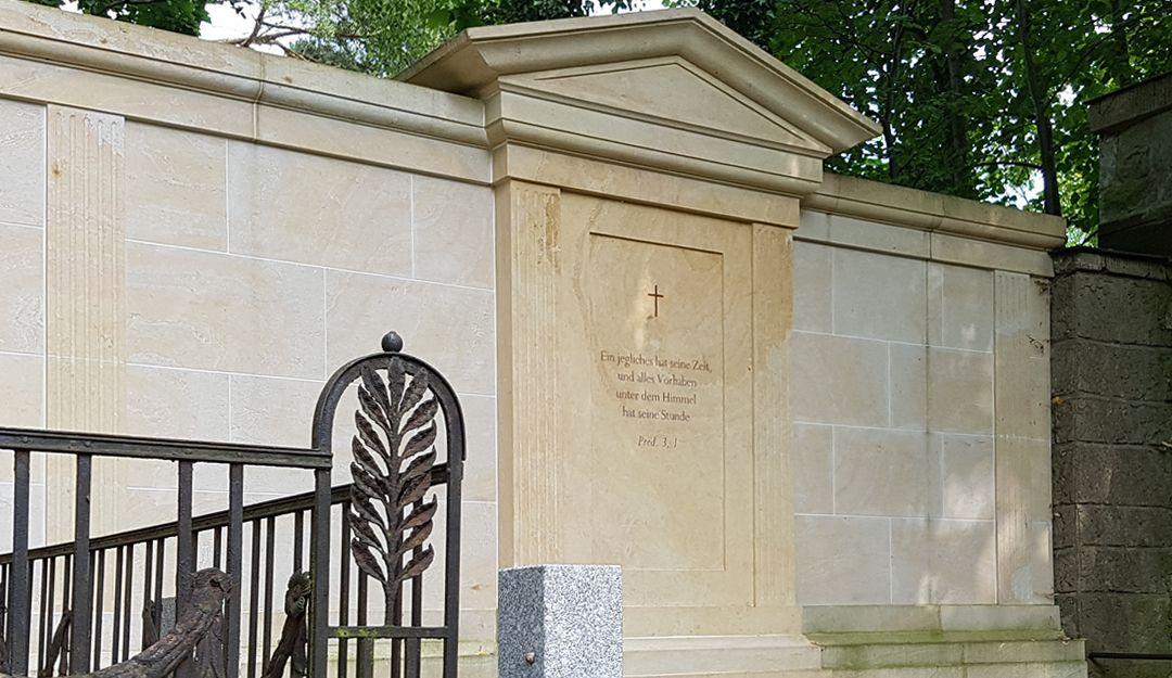 Grabstätte aus Sandstein auf einem Friedhof | Bildquelle: © Stilvolle Grabsteine