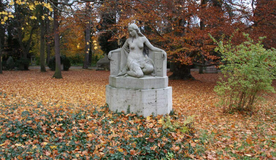 Statue einer Frau aus Naturstein | Bildquelle: © Stilvolle Grabsteine