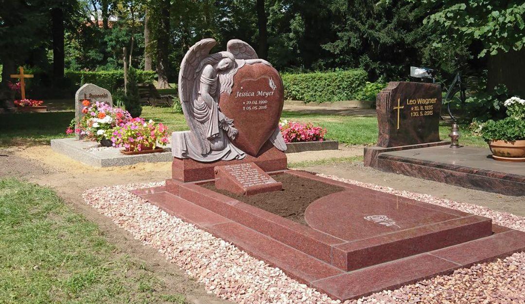 Einzelgrab aus Granit auf einem Friedhof | Bildquelle: © Stilvolle Grabsteine