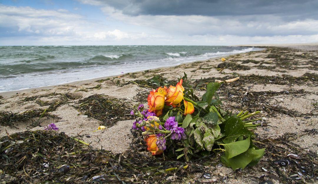 Blumenstrauß von einer Seebestattung am Strand | Bildquelle: © Nordreisender - Fotolia