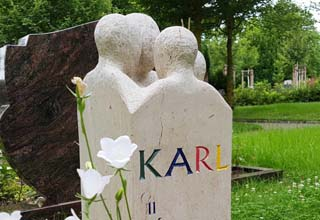 Eine Grafik zu Grabstein für einen Jungen Menschen / Kindergrabstein aus hellem Kalkstein