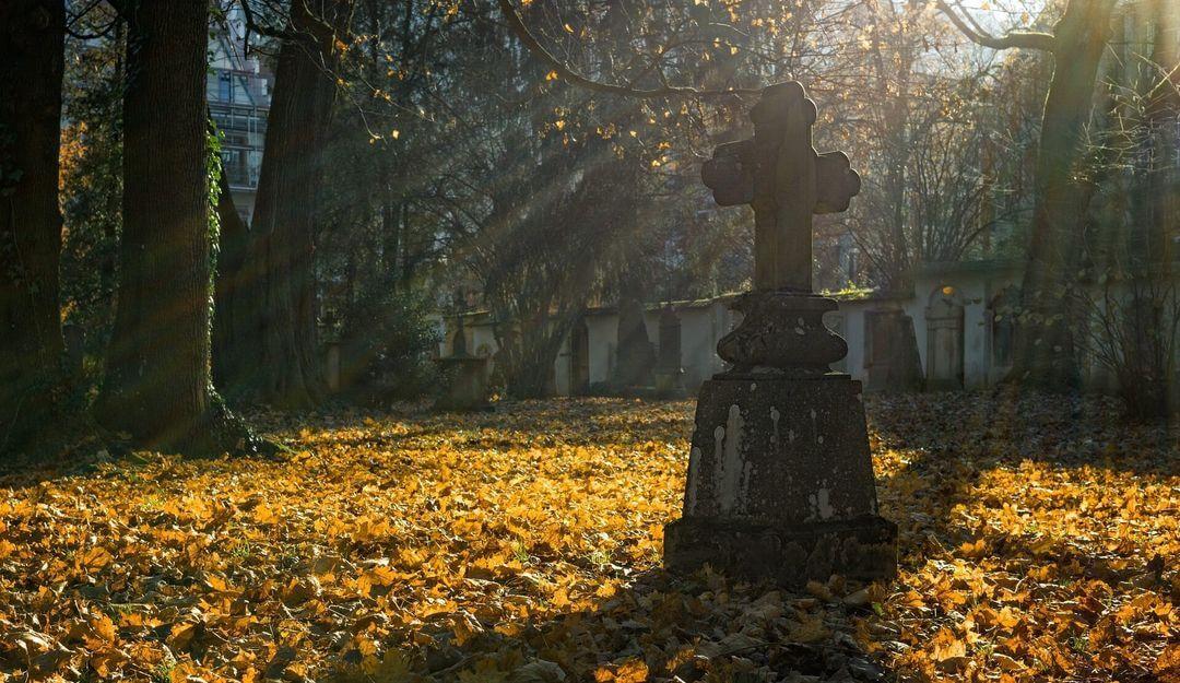Altertümliches Kreuz auf einem verlassenen Friedhof | Bildquelle: © Pixabay