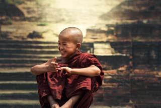 Eine Grafik zu Junger Tibetischer Möch im Abendlicht