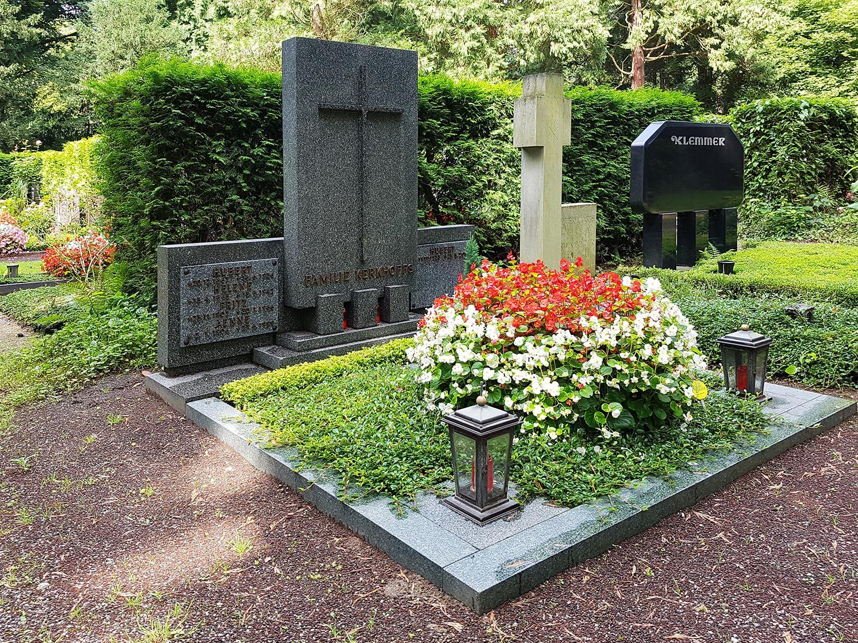 Pompöse Grabbepflanzung in dezent gehaltenen Farben. © Stilvolle-Grabsteine.de