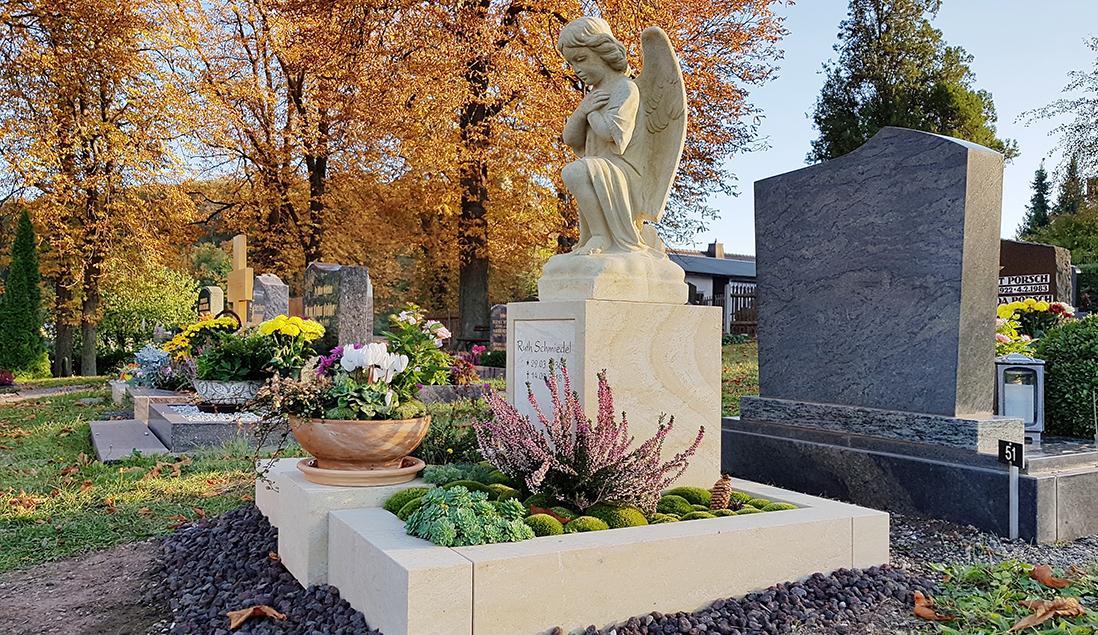 Grabgestaltung Urnengrab mit Moos
