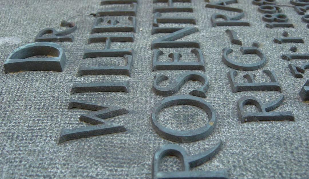 Auf einer anonymen Gedenktafel werden Namen der Verstorbenen aufgeführt | Bildquelle: © Stilvolle Grabsteine