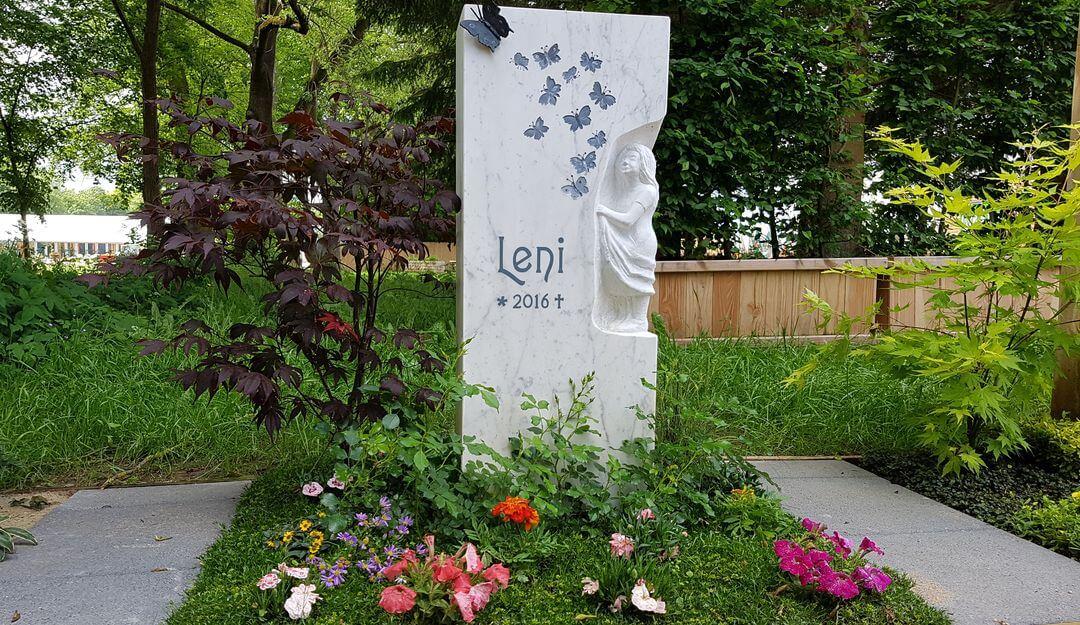 Friedhofsgärtner bieten Ihnen Jahres - oder Dauergrabpflege für das Grab Ihres Angehörigen an. | Bildquelle: © Stilvolle Grabsteine